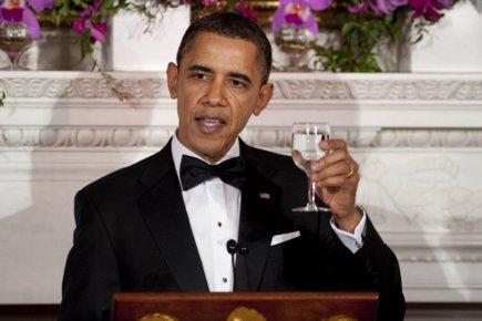 274345-barack-obama-porte-toast-eau