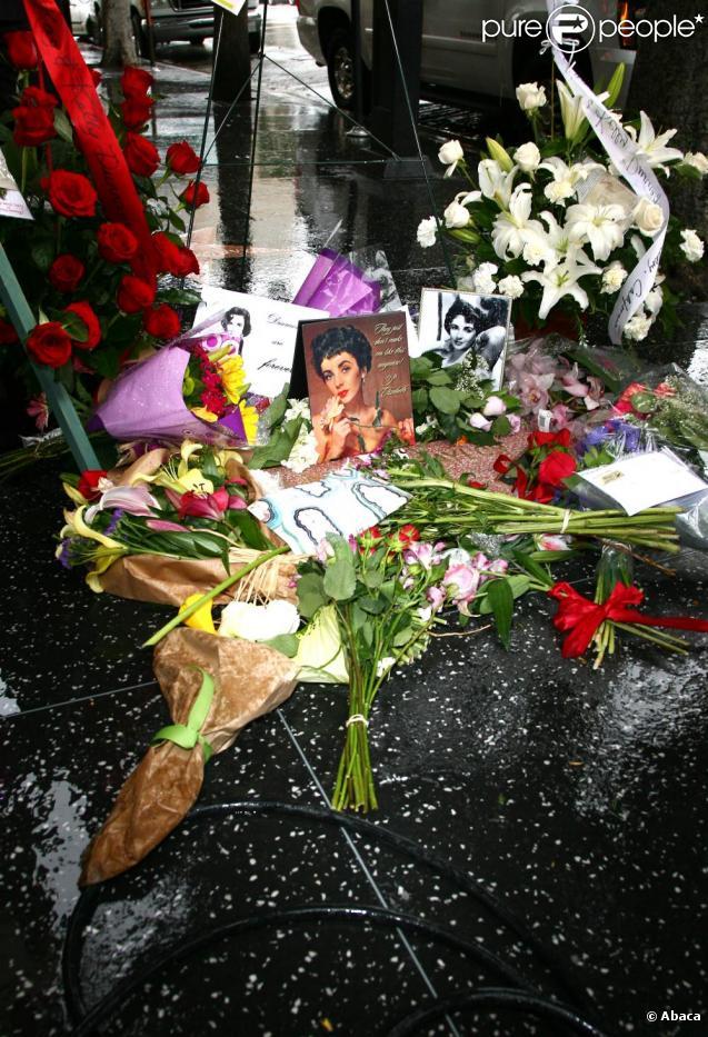 584682-gerbes-de-fleurs-devant-le-domicile-637x0-2